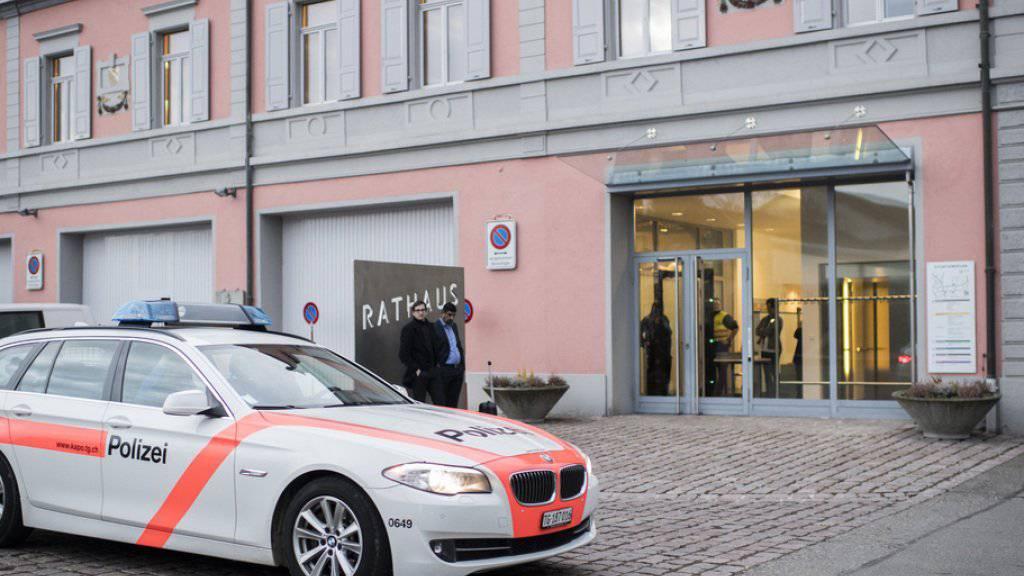 Polizisten sichern den Bereich um das Rathaus von Kreuzlingen TG, wo seit dem 20. Februar 14 mutmassliche Bandenmitglieder vor Gericht stehen. Im Zentrum des Prozesses steht ein Tötungsdelikt an einem IV-Rentner.