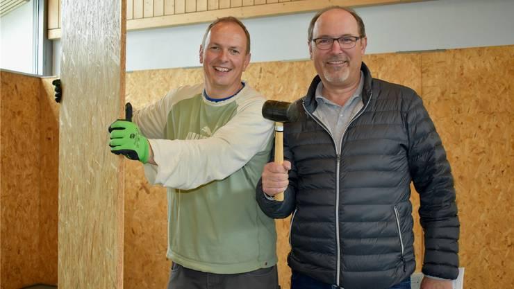 Jürg Rubin (l.) und Stefan Leimgruber vom OK packen beim Aufbau für die Gewerbearena vom Wochenende mit an.