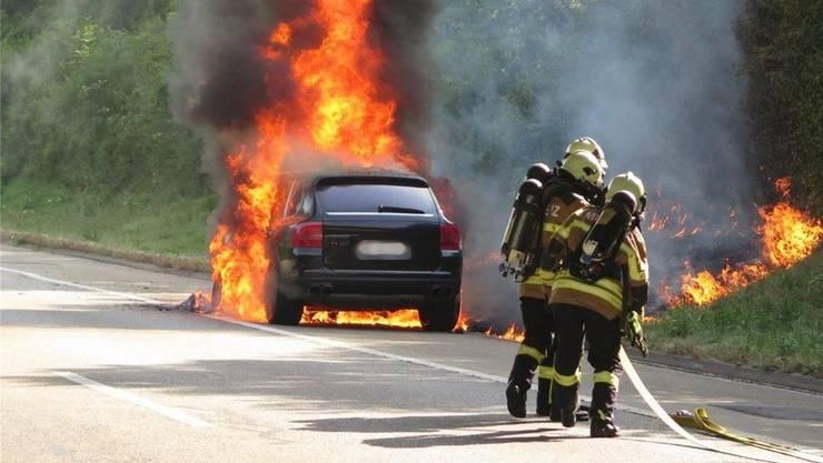 Im Landkanton gibt es immer weniger Feuerwehrleute – von einem Nachwuchsproblem will Werner Stampfli aber nicht sprechen. Foto: Brand auf der A18 im Juli. (Archiv)