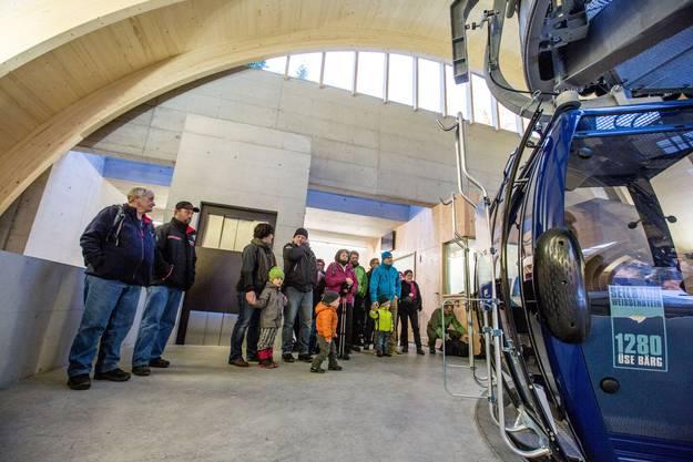 Besucherandrang beim Einsteigen in der Talstation