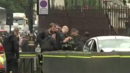 London: Autofahrer fährt in Absperrung vor Parlament
