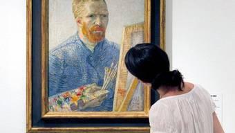 Eine Frau betrachtet ein Selbstporträt des Malers Vincent Van Gogh (Symbolbild)