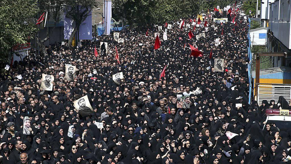 Tausende Personen nehmen in Teheran an der Trauerfeier teil.