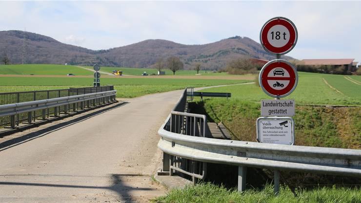 Zwischen Zeiningen und Wallbach wird das Fahrverbot zeitweise per Videokamera überwacht. (Archiv)