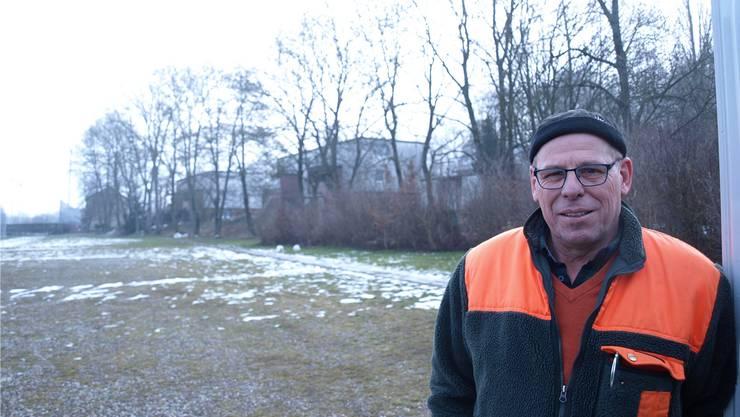 Fridolin Fleischli, Leiter Stadtgärtnerei, vor der Eschenreihe im Gheidgraben, die am Eschentriebsterben leidet.