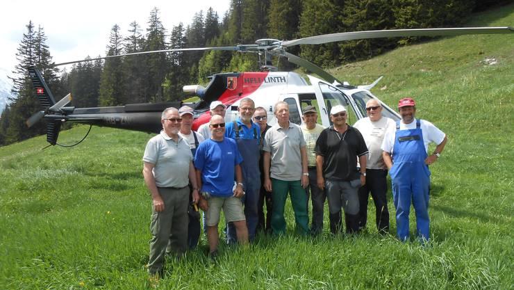 Arbeitsgruppe vor dem Materialtransporter der Heli Linth