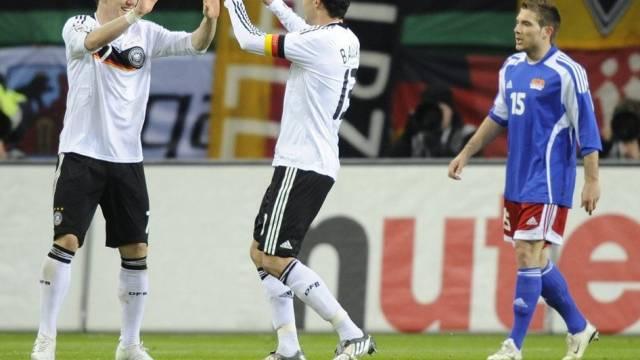 Michael Ballack und Bastian Schweinsteiger klatschen nach dem 1:0 ab