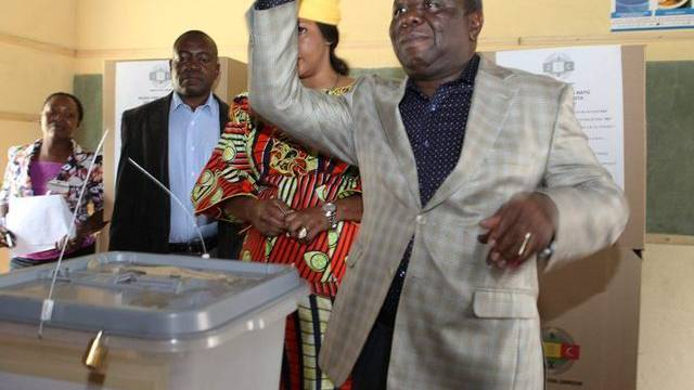 Simbabwes Ministerpräsident Morgan Tsvangirai bei der Stimmabgabe zum Verfassungsreferendum
