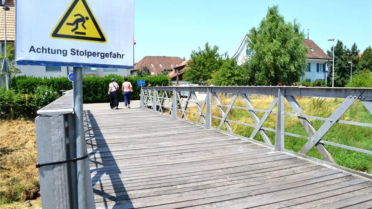 Achtung Stolpergefahr: Die Brücke an der Unteren Reppischstrasse musste mit einem Schild versehen werden.