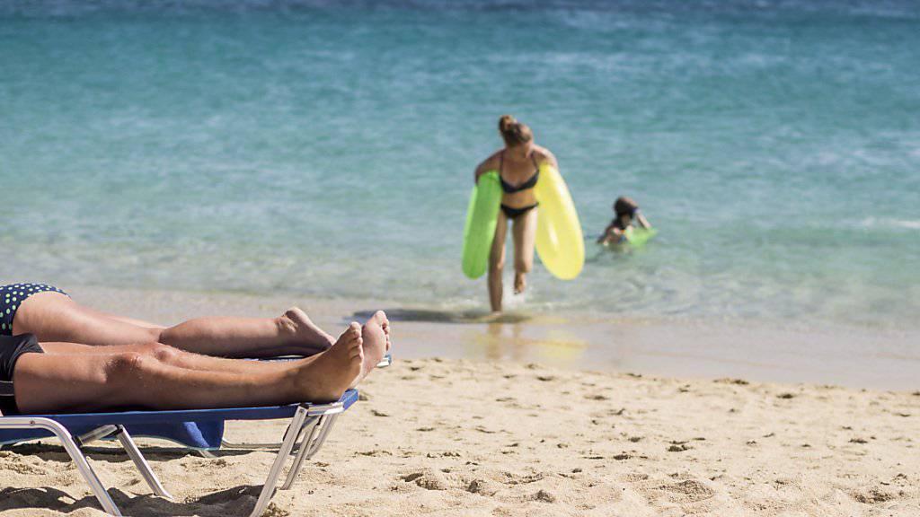 Schweizer Badetouristen am Strand. Dieses Bild wird auch im Sommer 2019 oft zu sehen sein. (Archivbild)