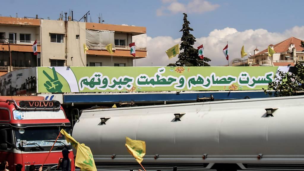 Syrische Tanker mit iranischem Treibstoff treffen im Dorf al-Ain im Osten des Libanons ein. Trotz US-Sanktionen hat der Iran Öl an den krisengeplagten Libanon geliefert. Foto: Stringer/dpa