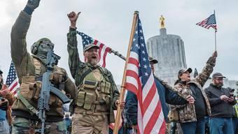 Nur ein Vorgeschmack: Bereits am 6. Januar zogen bewaffnete Trump-Anhänger vor die Rathäuser wie hier in Salem, Oregon.