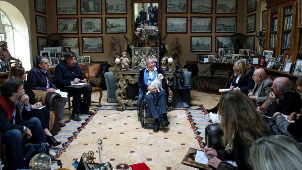 """Der italienische Filmregisseur Franco Zeffirelli, hier bei der Präsentation seines Buches """"Francesco"""" in seinem Heim in Rom im Jahr 2014. (Archivbild)"""