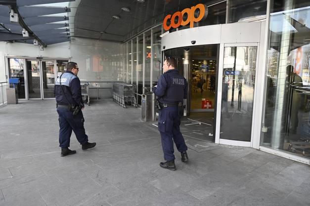 Vor den Coop sind sogar die Einkaufswagen mit Abstand aufgestellt.