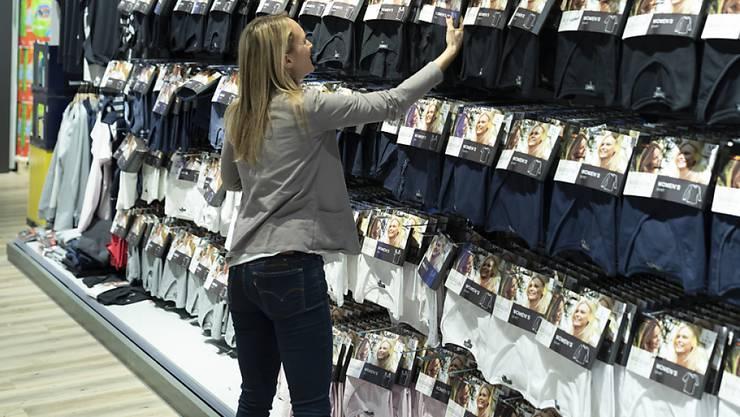 Kleider und Schuhe sind im Juni billiger geworden