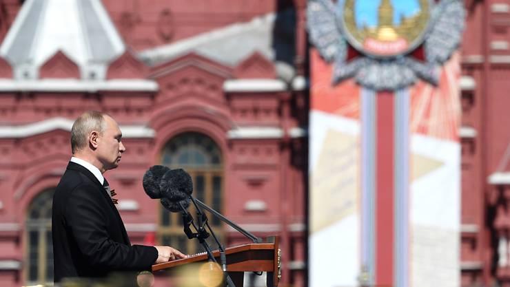 Russlands Präsident Wladimir Putin hält eine Rede anlässlich der Militärparade zum 75. Jahrestag des Sieges der Sowjetunion über Hitler-Deutschland auf dem Roten Platz. Foto: Sergey Pyatakov/Host Photo Agency/dpa