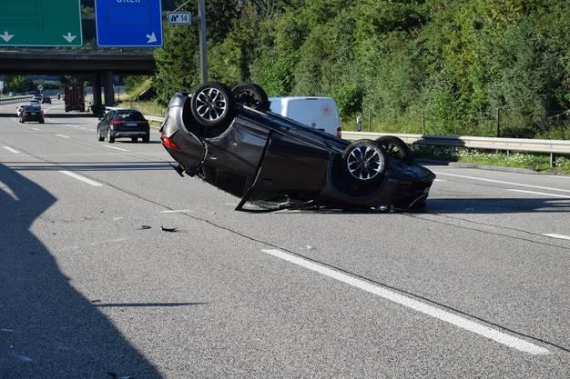 Dieses Auto touchierte beim Spurwechsel einen Lieferwagen und kam ins Schleudern.