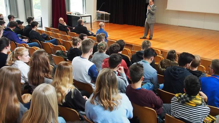 Der rumänische Botschafter referiert vor interessierten SchülerInnen und Lehrpersonen