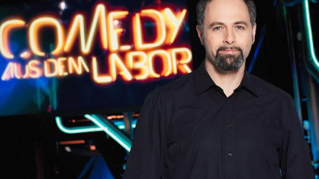 Ab Sonntag moderiert der Standup-Comedian Michel Gammenthaler wieder «Comedy aus dem Labor» (Bild SRF).