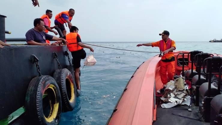 Rettungskräfte im Einsatz. Der Flieger stürzte auf einem Inlandsflug von Jakarta zur Insel Bankka ins Meer.