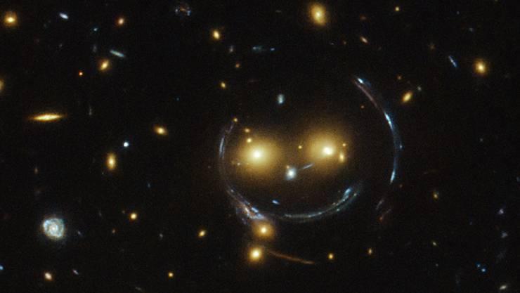 Bitte lächeln: hubble teleskop findet kosmisches smiley forschung