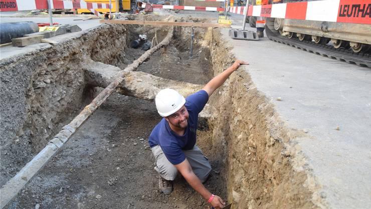 Reto Bucher von der Kantonsarchäologie sucht in einem Graben in der Schenkgasse nach Spuren von mittelalterlichen Besiedlungen im Reussstädtchen.Bild: Toni Widmer