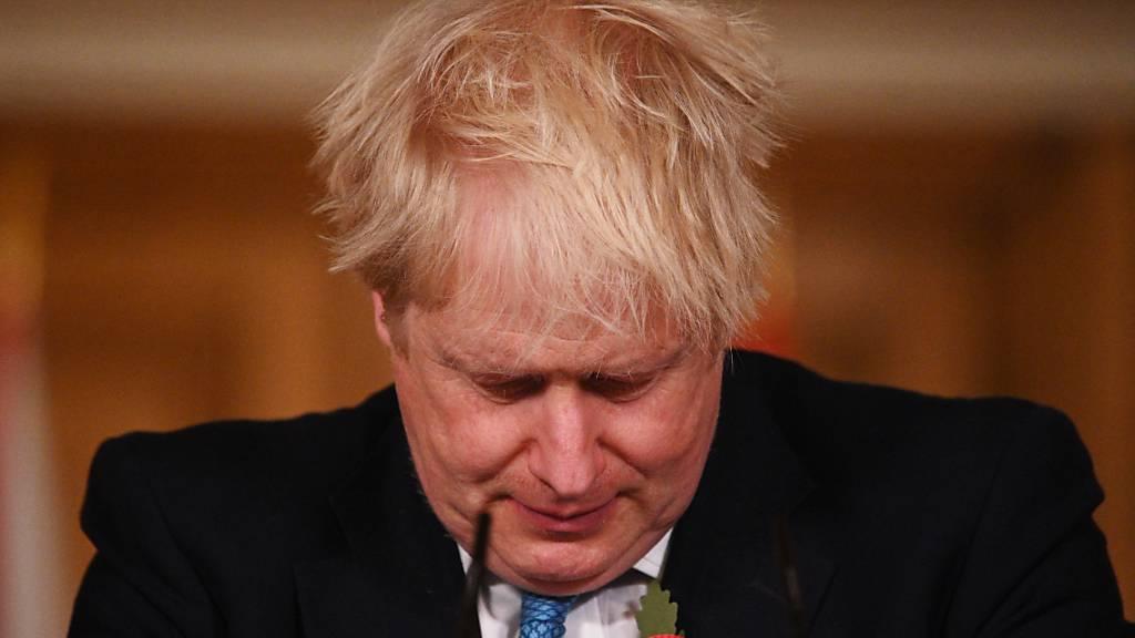 dpatopbilder - Boris Johnson, Premierminister von Großbritannien nimmt in der Londoner Downing Street an einer Medienbesprechung zum Thema Corona teil. Foto: Leon Neal/PA Wire/dpa