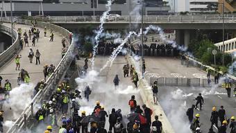 Tränengaswolken in den Strassen Hongkongs: Erneut sind die Proteste gegen das chinesische Regime ausgeartet.