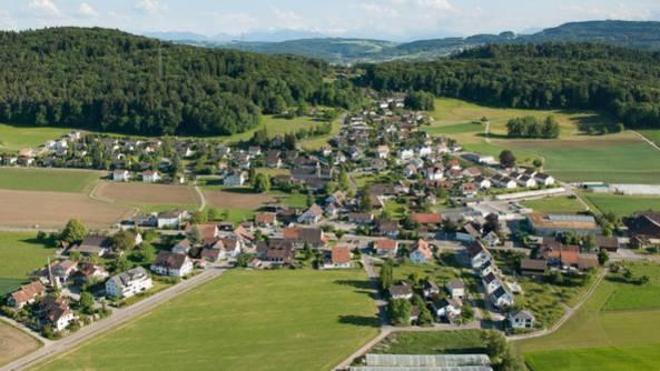 Im beschaulichen Hüttikon pachtet Ernst Schibli ein Stück Land- nicht zur Freude aller Anwohner.