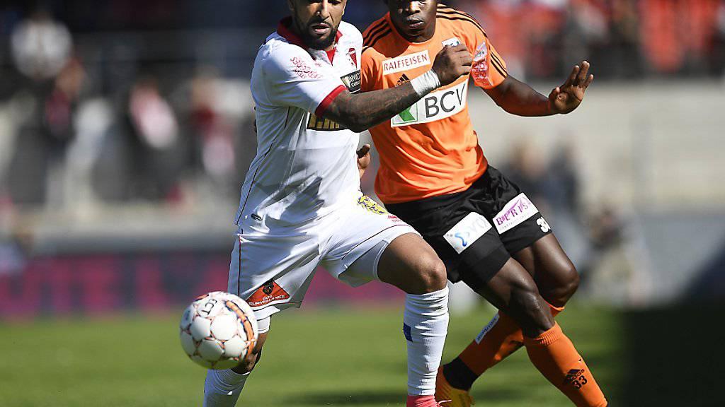Setzte sich mit Lausanne-Sport in Sitten durch: Taye Taiwo (rechts), hier im Duell mit Sions Carlitos