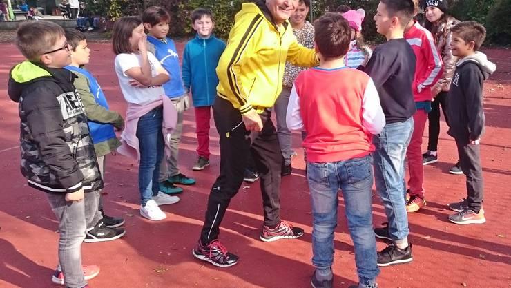 Luigi Ponte mit Eiker Schulkinder auf dem Pausenplatz