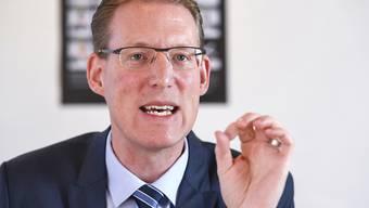 """Travail.Suisse-Präsident und SP-Nationalrat Adrian Wüthrich warnt beim Vorstellen der Managerlohn-Studie in Bern vor einem nächsten """"Boni-Rausch""""."""