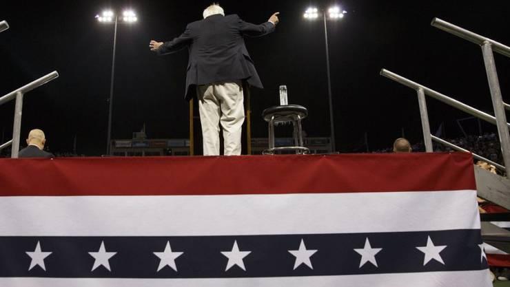 Bernie Sanders spricht zu Anhängern am Dienstag in Carson, Kalifornien.