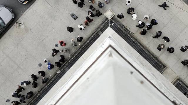Arbeitslose stehen in New York vor einem Vermittlungsbüro Schlange (Archiv)