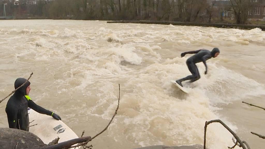Trotz Kälte und Hochwasser: Fluss-Surfer auf der Reuss in Bremgarten