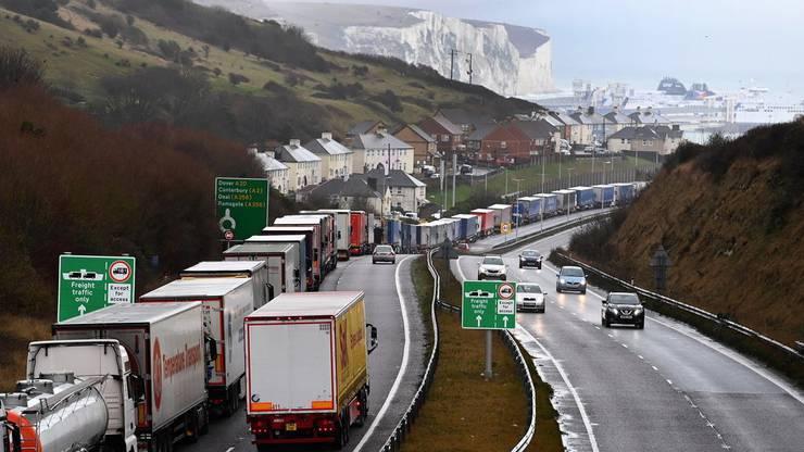 Britische Supermärkte wollen noch vor Ablauf der Übergangsfrist ihre Lager füllen. Bild: Lastwagen stauen sich vor dem Fährhafen in Dover (11. Dezember).