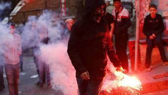 Demonstranten und Polizisten geraten im Istanbuler Viertel Okmeydani aneinander