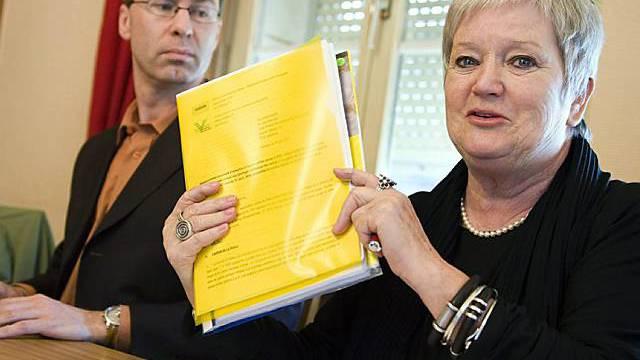 Philip Grant (links) und Ruth-Gaby Vermot zeigen die Klage