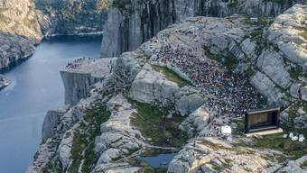 """Rund 1800 eingefleischte """"Mission-Impossible""""-Fans pilgerten am Mittwochabend zur Filmpremiere auf den Preikestolen. Der Berg ist in der neusten Folge der Actionfilmreihe zu sehen. (Archivbild)"""