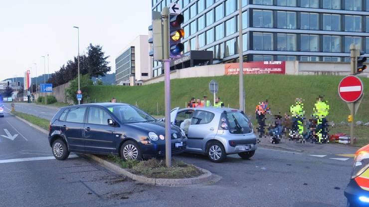 Auf der Salinenstrasse in Pratteln BL, im Bereich der Ausfahrt Autobahn A2, ereignete sich am Sonntag, 22. Mai 2016, kurz vor 5.30 Uhr, ein Verkehrsunfall zwischen zwei Personenwagen.