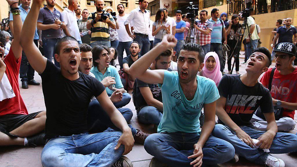 Bei einem Sit-in forderten Demonstranten den Rücktritt von Umweltminister Mohammed Maschnuk.