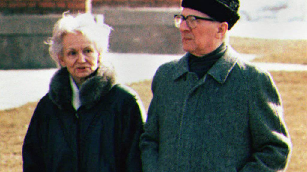 Dürfen nicht in Berlin ruhen: Margot und Erich Honecker, hier bei einem Spaziergang auf dem Areal der chilenischen Botschaft in Moskau im März 1992. (Archiv)