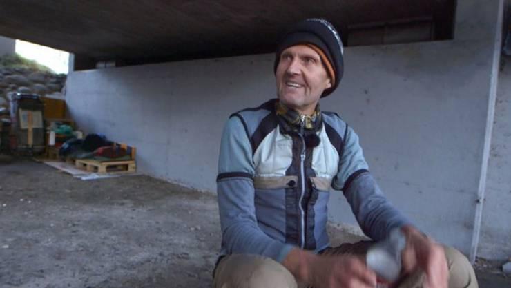 Peter Hämmerli lebt unter einer Brücke - und das offenbar freiwillig.
