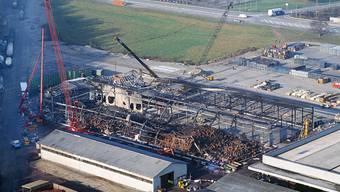 Die ausgebrannte Lagerhalle des Chemiekonzerns Sandoz, aufgenommen am 8. November 1986. Sieben Tage zuvor brannten in der Halle in Schweizerhalle nahe Basel über 1'000 Tonnen Chemikalien.  (Archivbild)