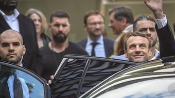 Emmanuel Macron (rechts, winkend) vor dem Musée du quai Branly.