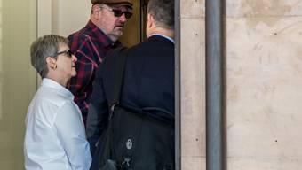 Dieter Behring (Mitte) betritt das Bundesstrafgericht in Bellinzona im März 2017. (Archiv)