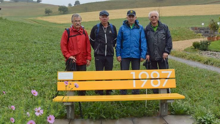 Die vier Wanderer (von links) Paul Schweizer, Jussi Tanskanen, Edi Degen und Hans Peter Aebischer während ihrer Tour vom 29.Juli beim Bänkli mit der Jahrzahl 1987 in Niederdorf.zvg