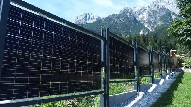 Wie effizient dieser Solarzaun ist, wird anschliessend in einem Feldtest von der Zürcher Hochschule für Angewandte Wissenschaften (ZHAW) untersucht.