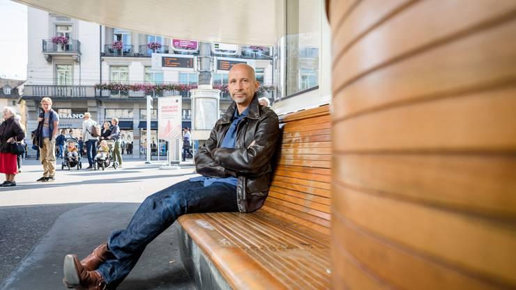 Schriftsteller Tom Zürcher auf dem Paradeplatz in Zürich. Im Zentrum der Schweizer Bankenwelt spielt sein satirischer Roman «Mobbing Dick».
