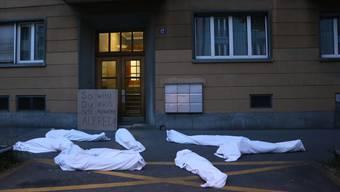 In Leichensäcke gehüllte Aktivisten vor Heers Wohngebäude in Zürich-Enge